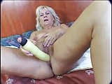 Blonde oma dildo en harde zwarte pik