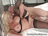 Hete blonde MILF in zwarte kousen sex
