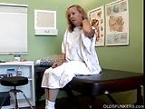 MILF patiënt neukt de arts