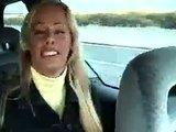 Nicole Sheridan pijpen in een auto