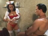 Ondeugende verpleegster Sandra Romain neukt haar patiënt
