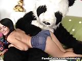 rollenspel met een stuk speelgoed beer met een enorme lul