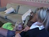 Rondborstige blondines samen in een hotel