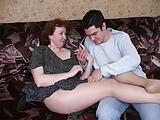 Russische volwassen moeder in panty en haar jongen! Amateur!