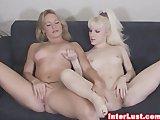 Twee geile meisjes masturberen